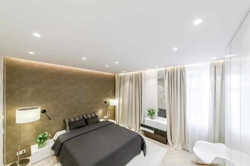натяжной потолок в спальне с подсветкой фото что ней делать
