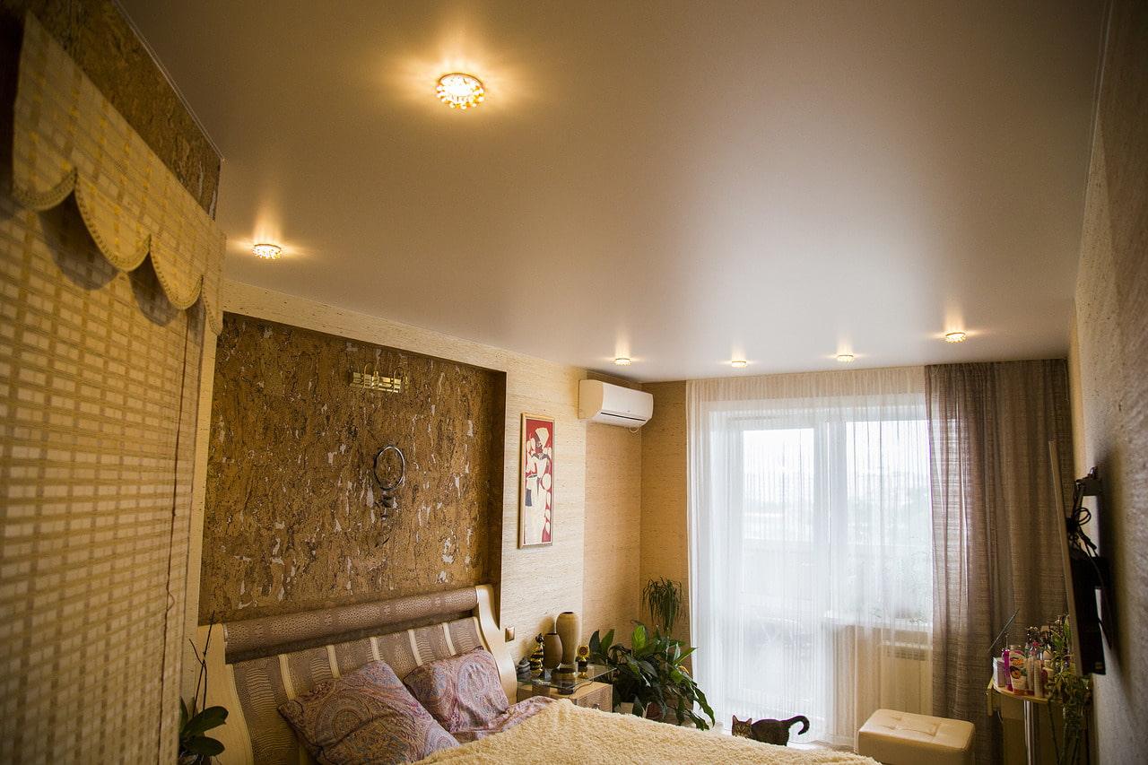 матовый натяжной потолок в спальне фото машина кухне